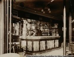 作品画像:酒舗の小カウンター、ボワイエ通り15番地