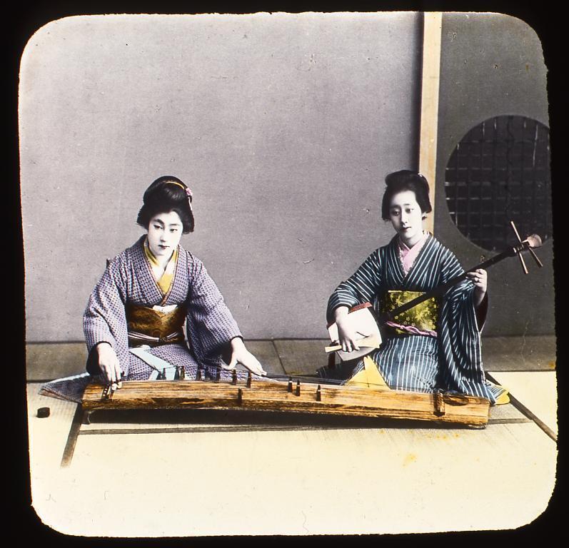 作品画像:琴と三味線を引く女性たち