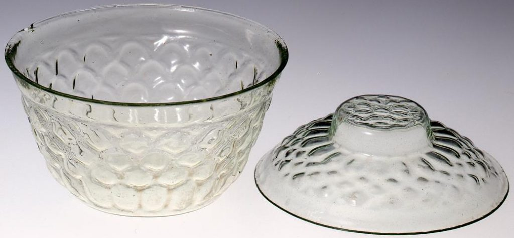 作品画像:無色八重菊花浮文蓋付碗
