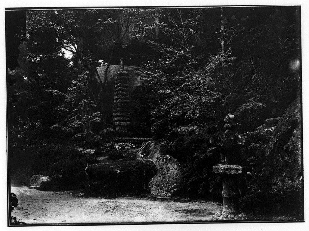 作品画像:記念碑と灯篭