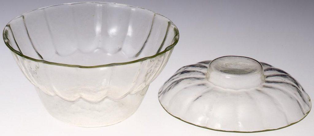 作品画像:無色菊花型輪花浮文蓋付碗