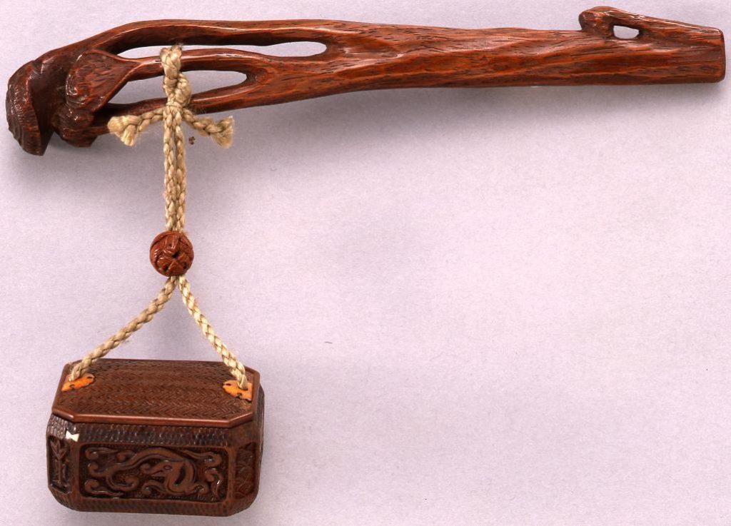 作品画像:龍彫とんこつ一つ提げたばこ入れ