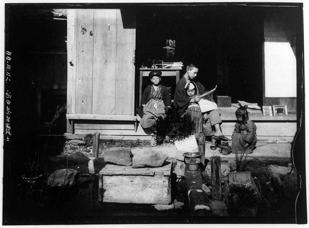 作品画像:縁側の男性と3人の子供