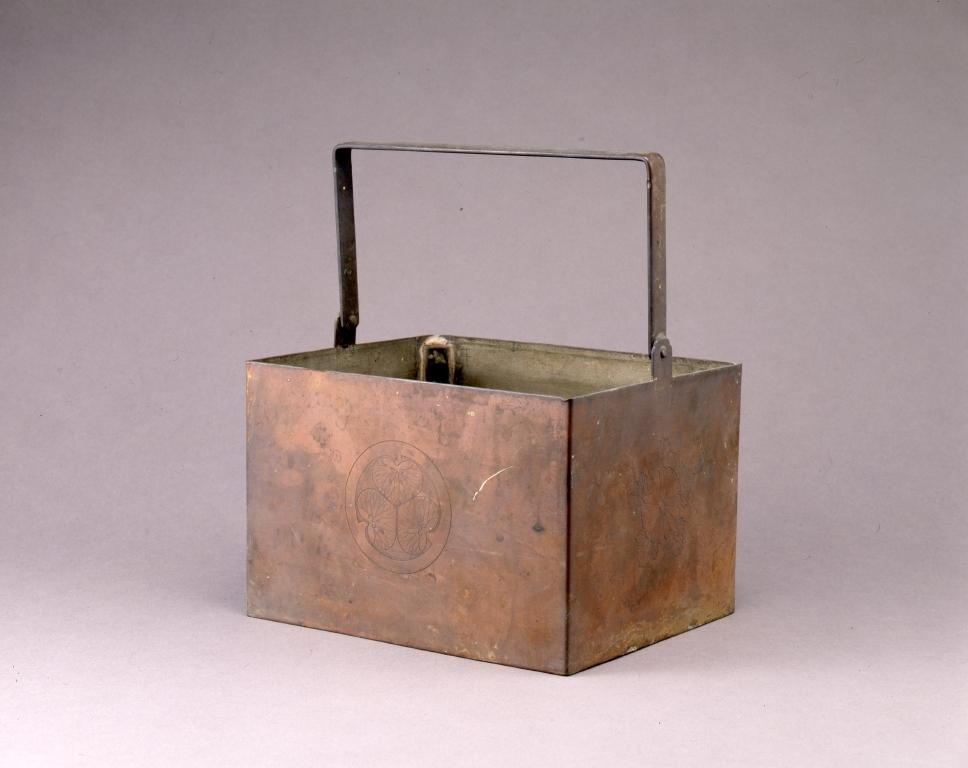作品画像:銅葵葉菊紋炭箱