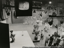 作品画像:(スタジオで和服女性を撮影する風景)