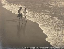海辺 男と女