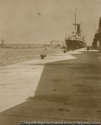 作品画像:(埠頭に停泊する船)