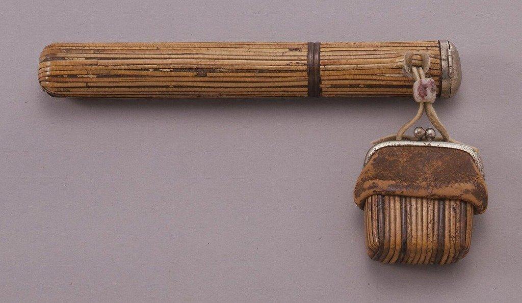 作品画像:竹製ガマ口型腰差したばこ入れ
