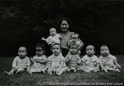 作品画像:エリザベス・サンダースホーム 澤田美喜園長と最初に集められた子供たち