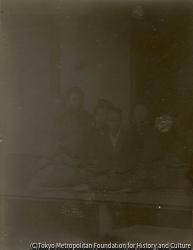 作品画像:小島正隆とその家族(たう、母、しつ、父、正隆)