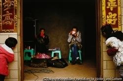 作品画像:農家で化粧をするパンドラとララ、四川省