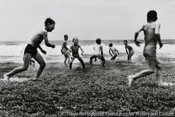 作品画像:波と遊ぶ少年たち