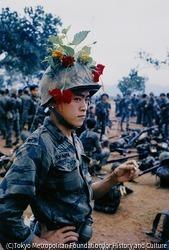 作品画像:ヘルメットに花を飾っておどける政府軍兵士