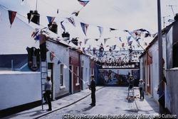 作品画像:ロンドンデリー包囲戦でのプロテスタントの勝利を祝うお祭りの日に、家族で飾り付けをするプロテスタントの人々