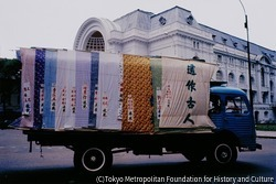 作品画像:南ベトナム下院議事堂の前を葬儀の車が通り過ぎる