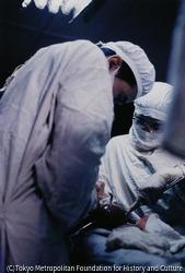 作品画像:日本赤十字社の医療団による手術