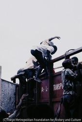 作品画像:到着した救援物資に飛びつく人々