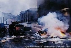 作品画像:火炎瓶によって燃やされた荷車の火を消す消防車、「ボグサイドの戦い」で