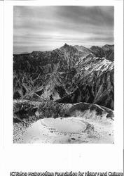 作品画像:鷲羽岳頂上から見た槍穂高連峰、前面は鷲羽岳の火口湖