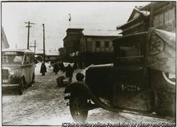 作品画像:両津の夷海岸通り、手前は港タクシー事務所、後方のハト屋煙草店は、現存する