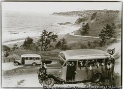 作品画像:海岸線の美しい小木街道の七曲りを走る観光バスの第1号車、乗客は両津町内会