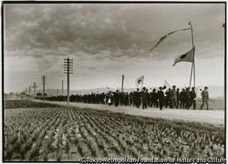 作品画像:昭和13年に漢口が陥落した。軍人・警官、先生を先頭に旗を手にした小学生の行列
