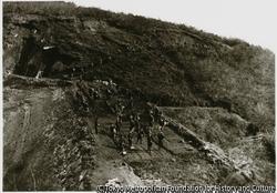 作品画像:溜池を造る築堤工事は土を固めるベイ打工法で行われていた。金沢村安養寺溜池