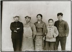作品画像:金沢村の表具屋さんたちの作業着姿、坊頭苅りにも、鳥打帽子が流行していた頃
