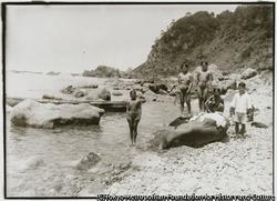 作品画像:外海府の真更川海岸で海水浴する女性たちの水着姿にも、昭和時代の流行がある