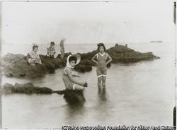 作品画像:最新流行の水着姿に陽焼け防止の麦ワラ帽子、元小木海岸で遊泳する小木芸者衆