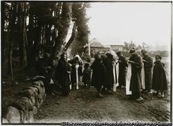 作品画像:戦地に向かう兵士のために、死線越えの祈りをこめて千人針を腹巻に縫う村の人