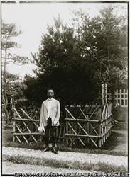 作品画像:尾崎行雄・元東京市長。司法、文部大臣 金井町泉の里にある黒木御所を参拝する