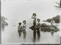 作品画像:南佐渡の名勝地、元小木海岸の矢島経島 島田を結ったまま、海水浴する小木芸者