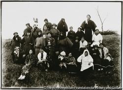 作品画像:佐渡実科高等女学校の女学生たちの仮装姿、相川鉱山祭りの行列に参加するのか?