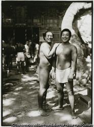 作品画像:島人たちが楽しみにしている大相撲の巡業が東京からやって来た。新町大神宮境内
