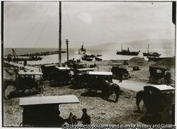 作品画像:両津港埠頭から夷海岸通りまで、連絡用ハシケ舟が町営車馬停留所まで客を運ぶ