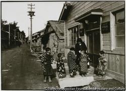 作品画像:金沢村千種の佐渡産青連印刷所の前に掛かっている小橋の上で、子供たちが遊ぶ