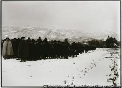 作品画像:新発田歩兵十六連隊が冬期雪中演習した 応援する子供らが雪の中で歓声を上げる