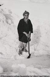 婦女子、老人も雪掘りにでる