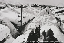 作品画像:豪雪の町で小学校から帰る子供たち