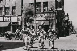 作品画像:東京銀座 門付けの娘さん達 ランチ・タイムも稼ぎ時