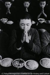 作品画像:食前に祈る少年工