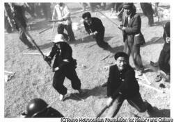 作品画像:警官隊とデモ隊の乱闘