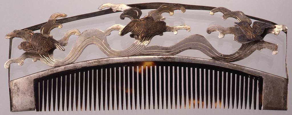 作品画像:銀彫金波鳥被せ棟鼈甲歯篏込櫛