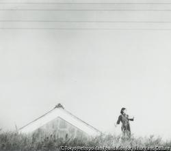 作品画像:(屋根と少女)