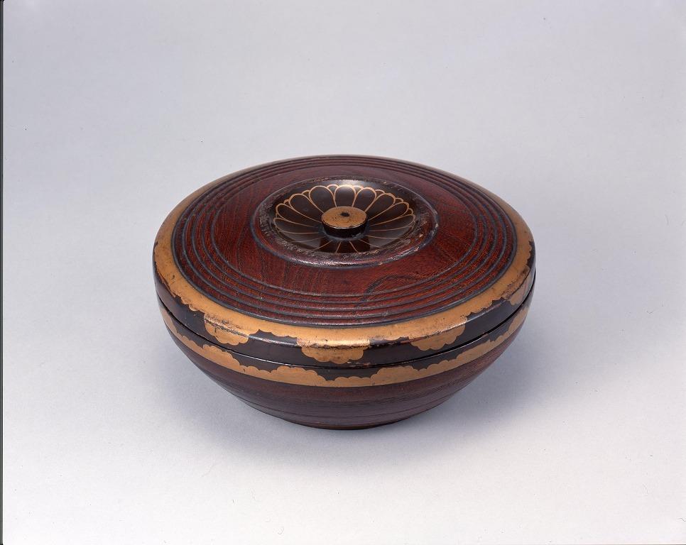 作品画像:御紋章入木製菓子器(井上馨候より贈られしもの)(三遊亭圓朝所持)