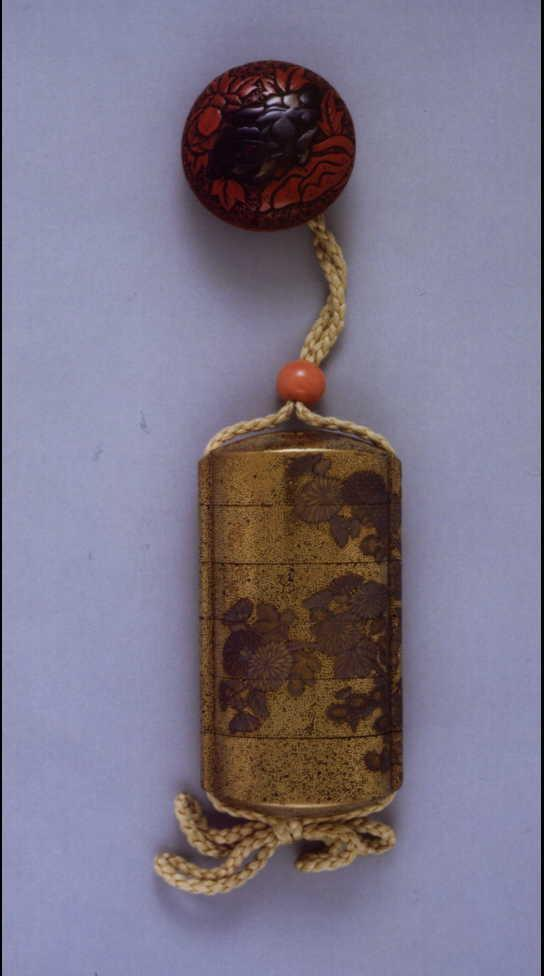 作品画像:菊蒔絵印籠 付 堆朱唐獅子牡丹根付