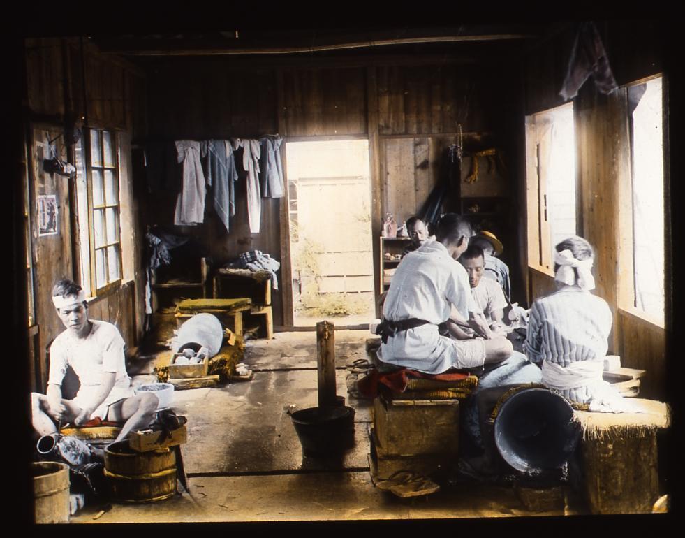 作品画像:壺を作る職人たち
