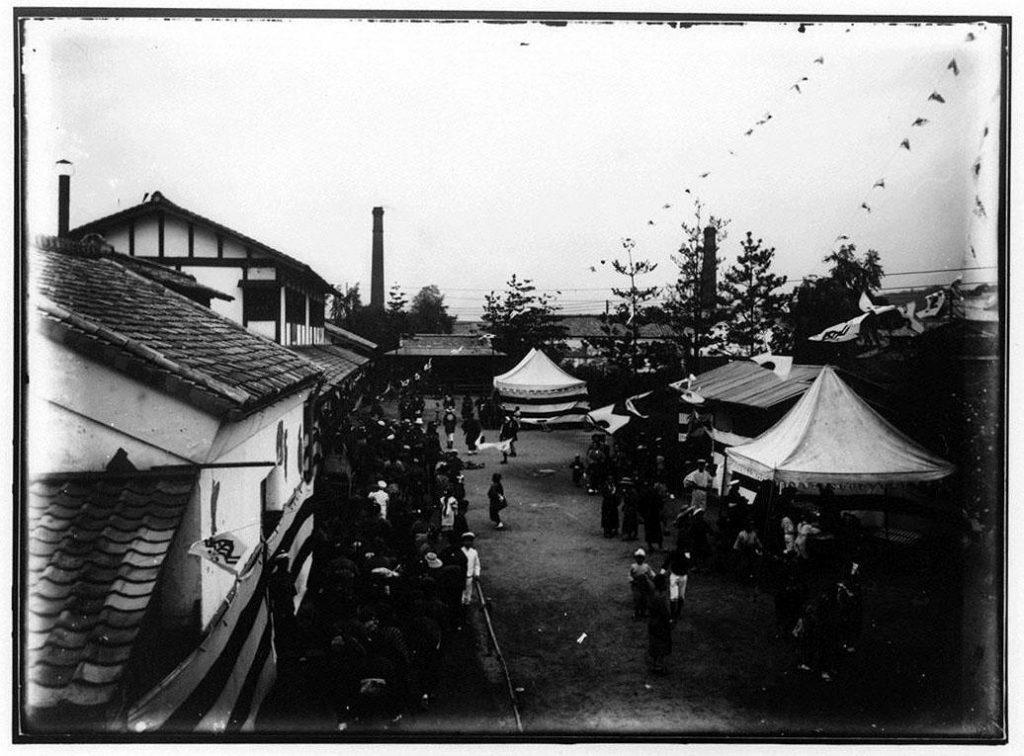 作品画像:平会徳義会孤児院教室前の式典