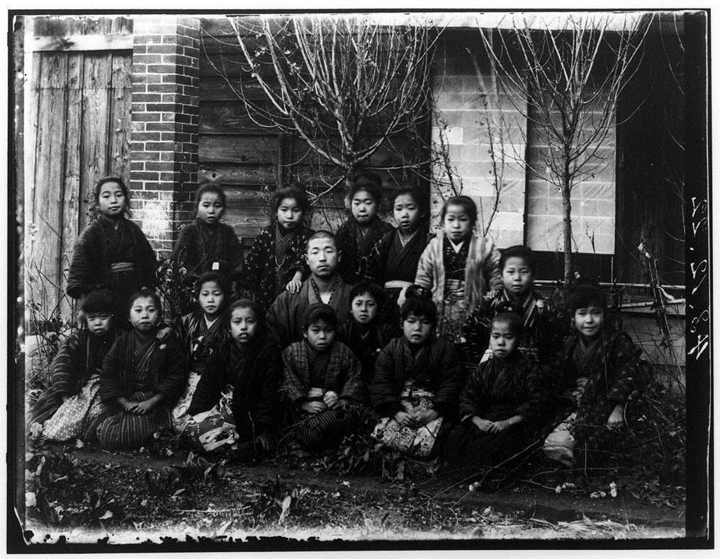 作品画像:教師と生徒集合記念写真